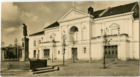 Miesto teatras ir Taravos Anikės skulptūra