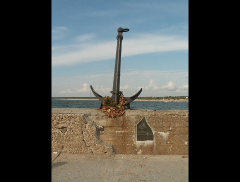 Monument in memoriam of crew of the yacht