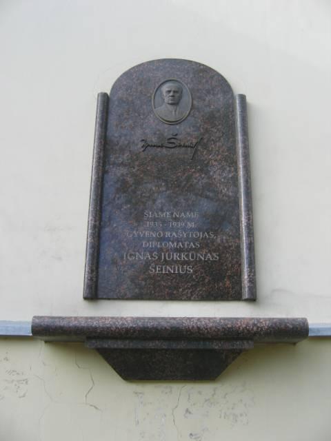Памятная доска с барельефом в честь Игнаса Шейнюса