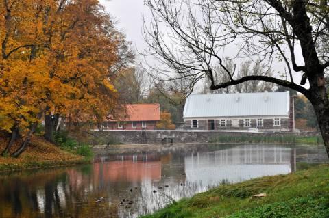 Kretingos dvaro ūkvedžio namas ir malūnas iš rytų pusės