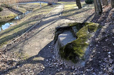 Kretingos dvaro parko bevardis akmuo-suolas