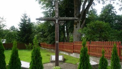 Monumentalus kryžius nužudytų gyventojų atminimui Darbėnų valsčiaus NKVD-MVD-MGB poskyrio pastato kieme