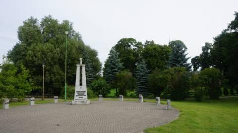 Paminklas Žemaičių apygardos Kardo rinktinės partizanams atminti Darbėnuose
