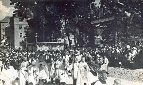 Eucharistinio kongreso eisena žygiuoja pro šv. Antano rūmus