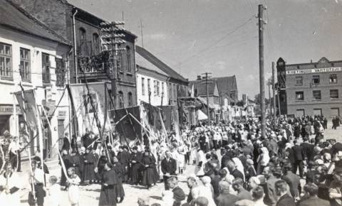 Eisena Kretingos Rotušės aikštėje Eucharistinio kongreso metu