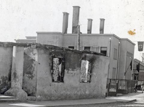 Banko rūmų pastatas šalia sudegusios špitolės