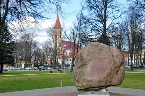 Akmuo su užrašu būsimo paminklo Jonui Karoliui Chodkevičiui vietoje