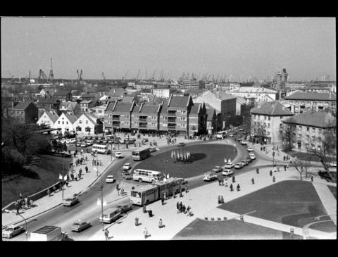 Turgaus žiedas ir Klaipėdos senamiesčio panorama (Kūlių Vartų g.)