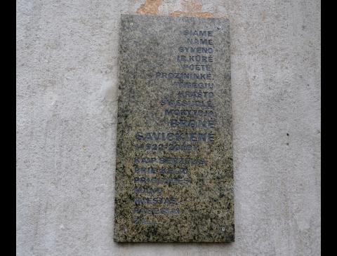 Atminimo lenta ant namo, kuriame gyveno rašytoja Bronė Savickienė