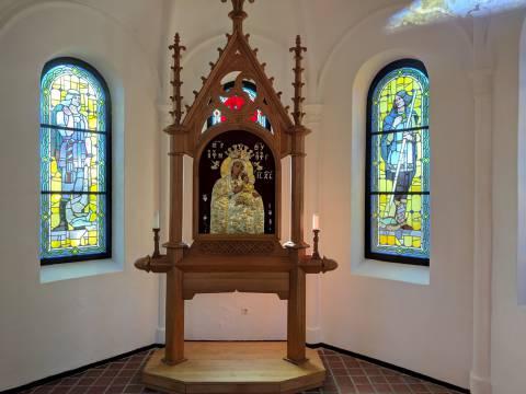 Neperstojančios Pagalbos Švč. Mergelės Marijos paveikslas koplyčios viduje