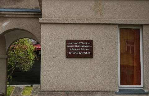 Memorialinė lenta ant kompozitoriaus Juozo Karoso namo