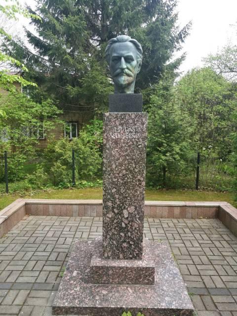 Gydytojo, knygnešio Liudo Vaineikio biustas (skulptorius – Jonas Jogėla, architektė – Rūsna Vaineikytė)