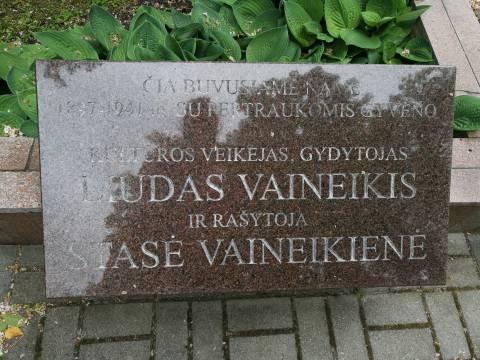Memorialinė lenta vietoje, kurioje stovėjo Liudo Vaineikio namas