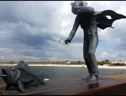 """Skulptūra """"Pasivaikščiojimas su žuvimi"""""""