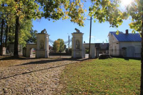 Plungės parko vartai ir sargo namelis