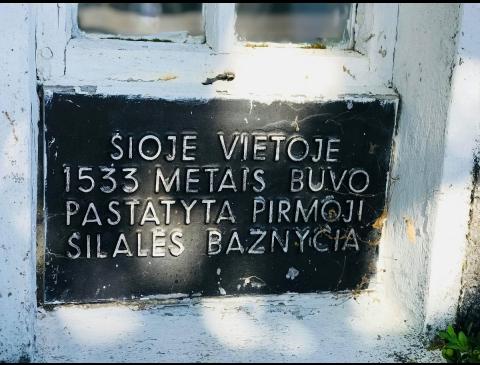 Atminimo lenta pirmosios bažnyčios vietoje