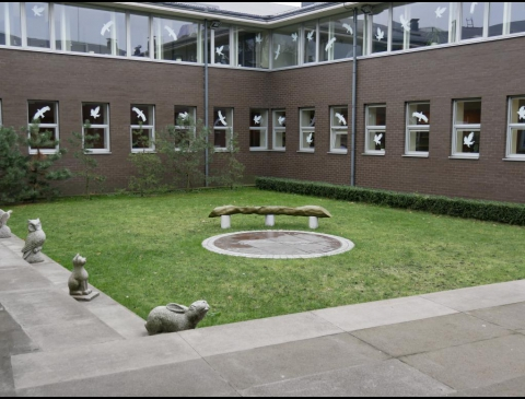 Bibliotekos kiemelis su Ievos Simonaitytės suoleliu
