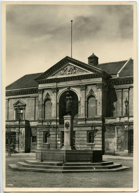 Memel, Theater mit Aennchenbrunnen