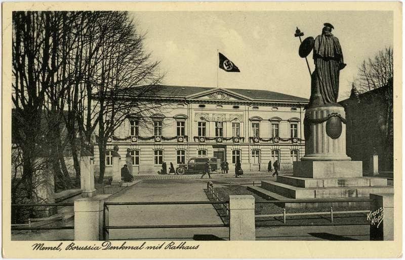 Memel, Borussia Denkmal mit Rathaus