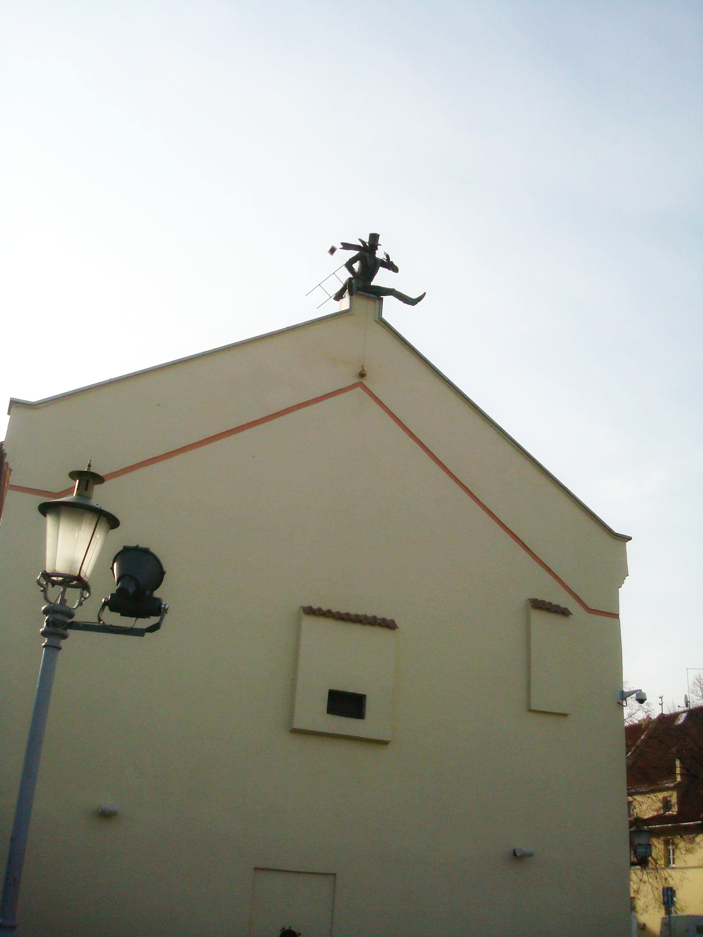 """Skulptūra ant namo stogo """"Kaminkrėtys"""""""
