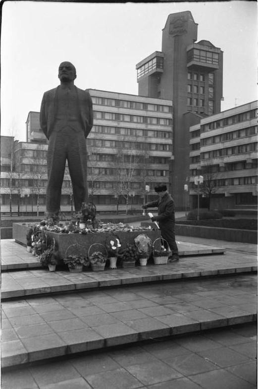 Gėlės prie Lenino paminklo Atgimimo aikštėje