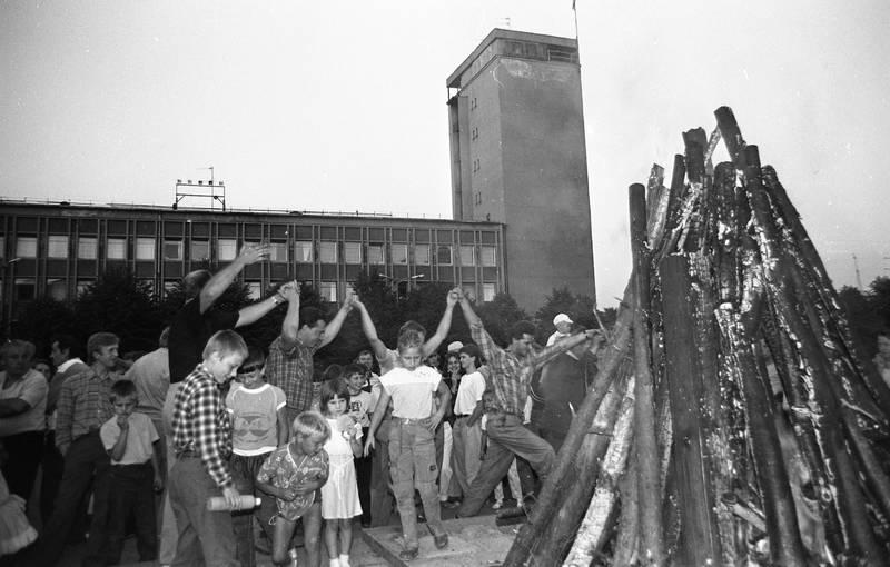 Lenino paminklo nuvertimas Atgimimo aikštėje. Laužas