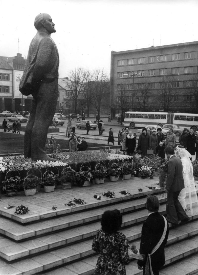 Vestuvininkai prie Lenino paminklo