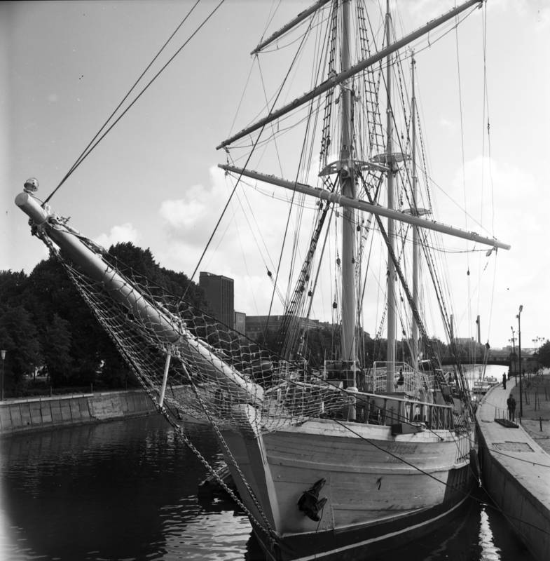 """Burlaivis """"Meridianas"""" prie kairiosios Danės krantinės tarp Pilies ir Biržos tiltų"""