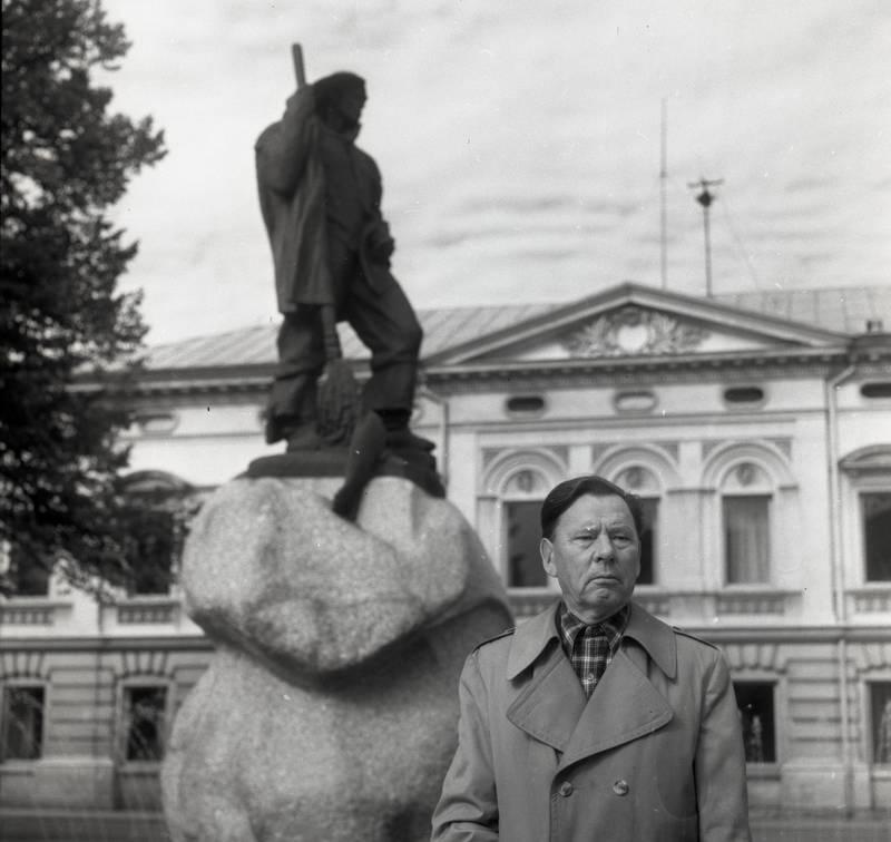 """Poetas P. Drevinis prie paminklo """"Žvejas"""""""