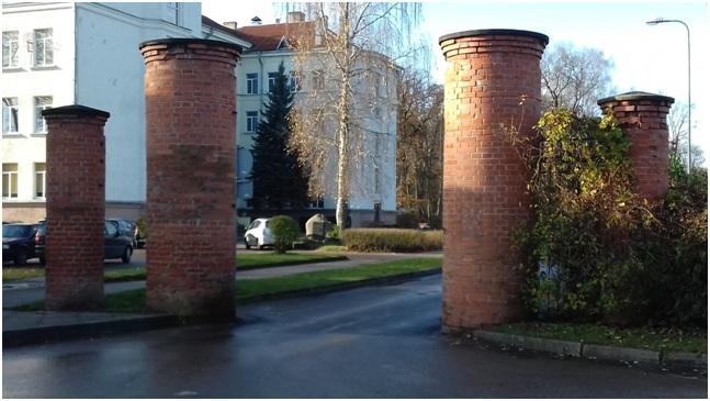 I. Vasilčikovo dvaro tvoros fragmentas. Rytinių vartų stulpai