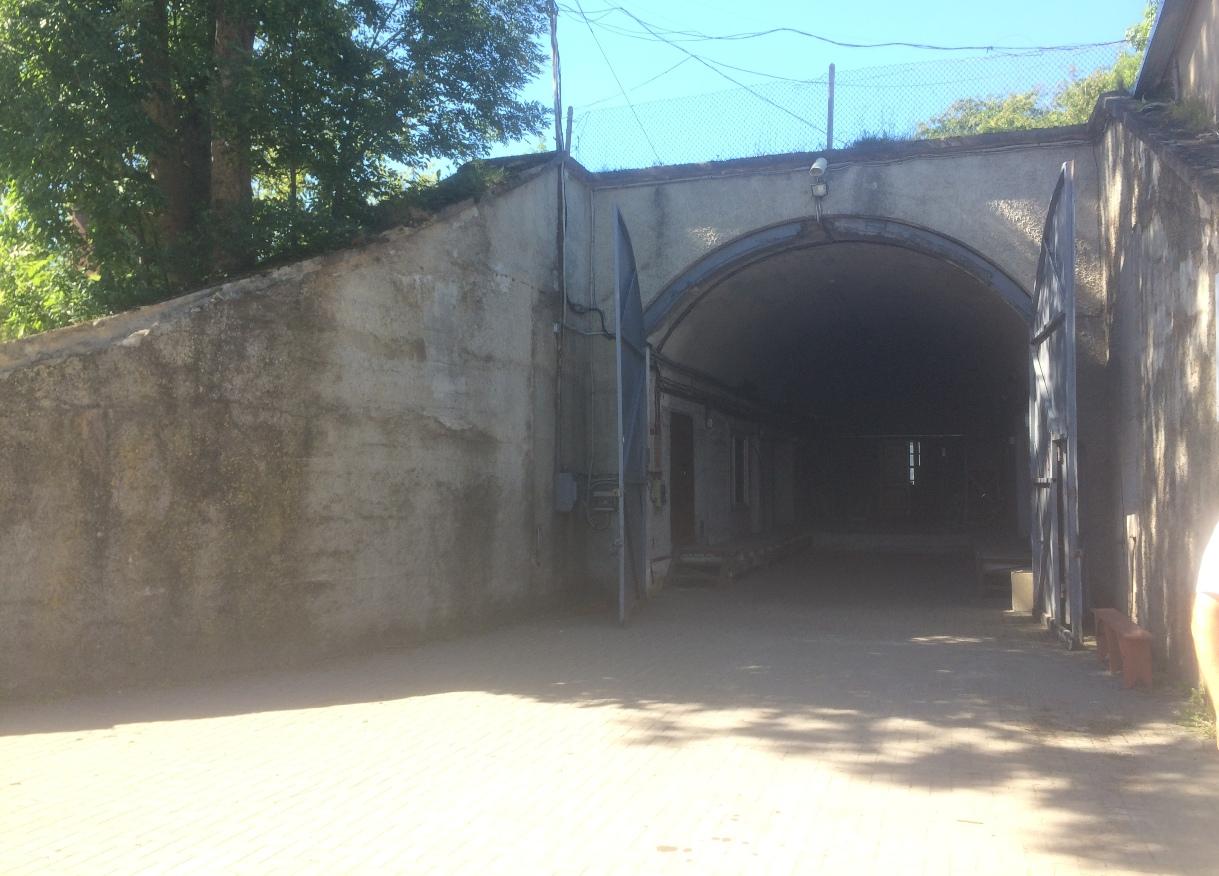 """Bunkeris """"Mūsų namas"""" (Šilutės pl. 11) teritorijoje"""