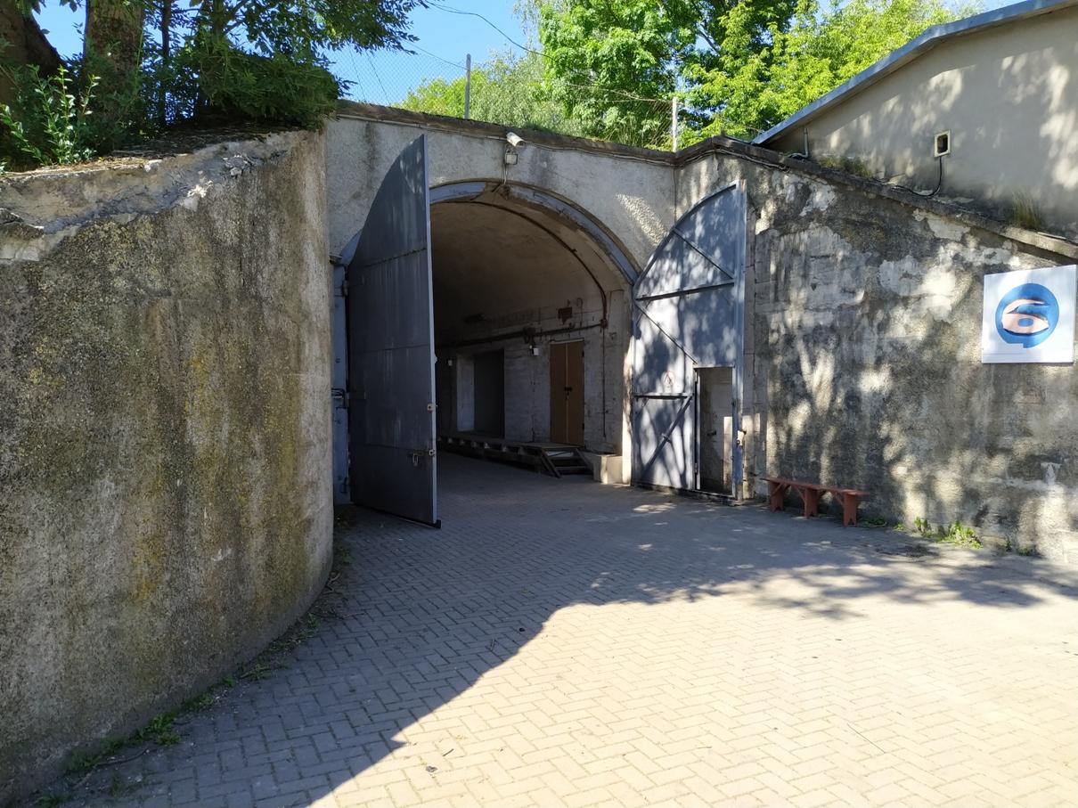 """Bunkeris """"Mūsų namas"""" teritorijoje"""