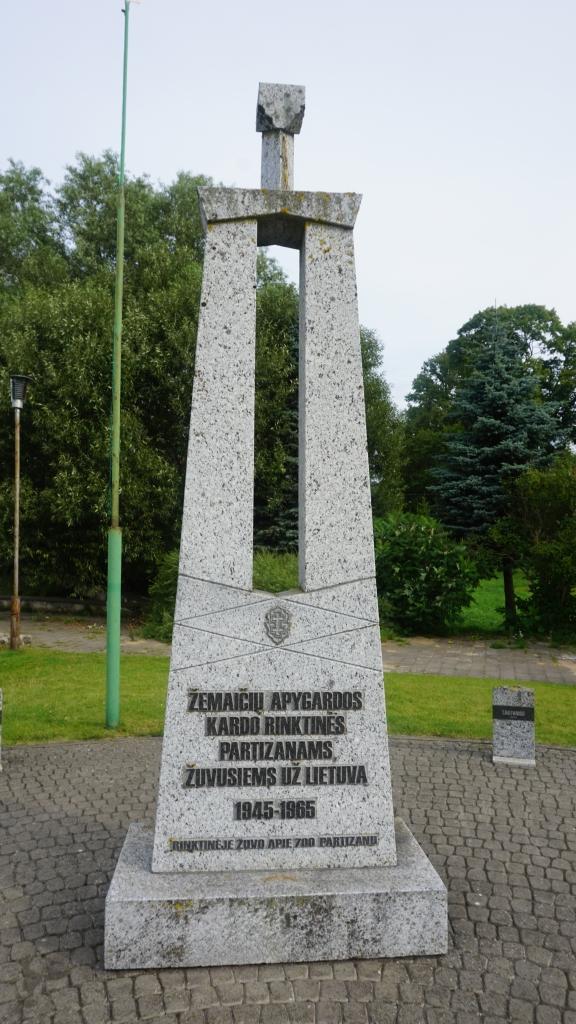 Paminklas Žemaičių apygardos Kardo rinktinės partizanų atminimui Darbėnuose