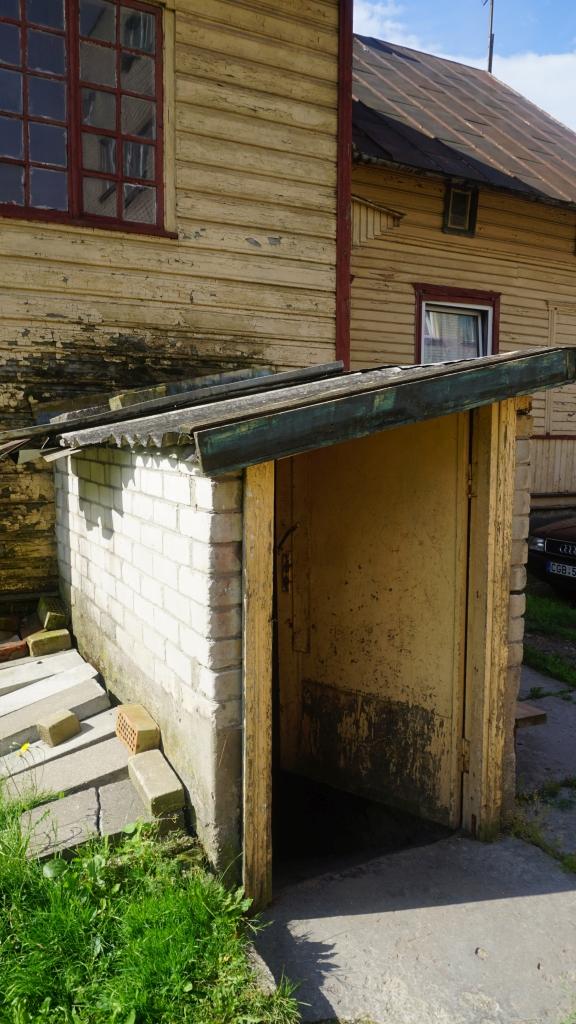 Įėjimas į buvusios NKVD-MVD Kretingos milicijos skyriaus areštinės rūsį