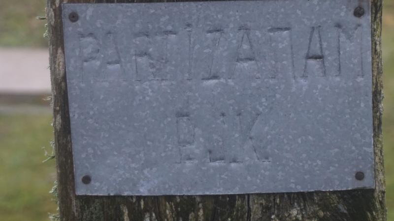 Skardos lentelė su užrašu ant monumentalaus kryžiaus Salantų partizanams atminti