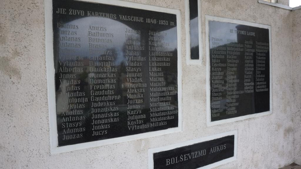 Memorialinės koplyčios Kartenos kapinėse granito plokštės su užrašais
