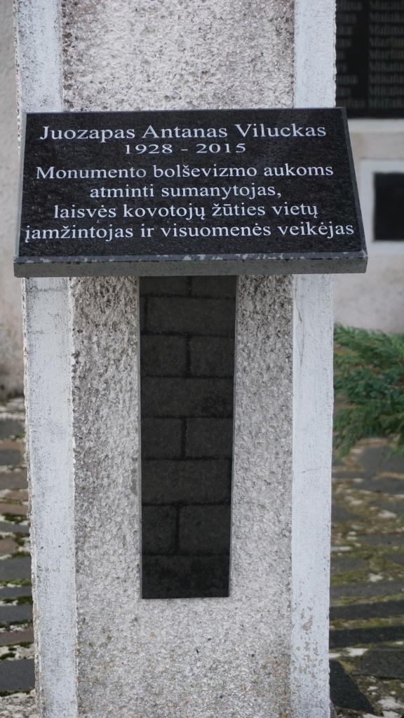 Atminimo lenta J. A. Viluckui ant Memorialinės koplyčios Kartenos kapinėse sienos