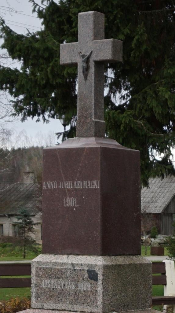 Kryžius partizanams atminti Kartenos miestelio aikštėje