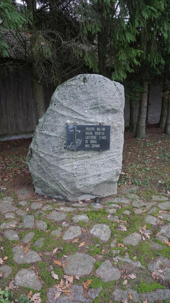 Paminklinis akmuo partizanams atminti Kartenoje