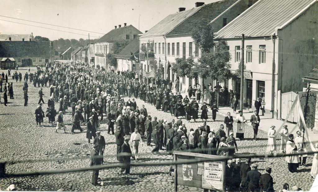 Kretingos rotušės aikštėje nešamas Vytauto Didžiojo paveikslas