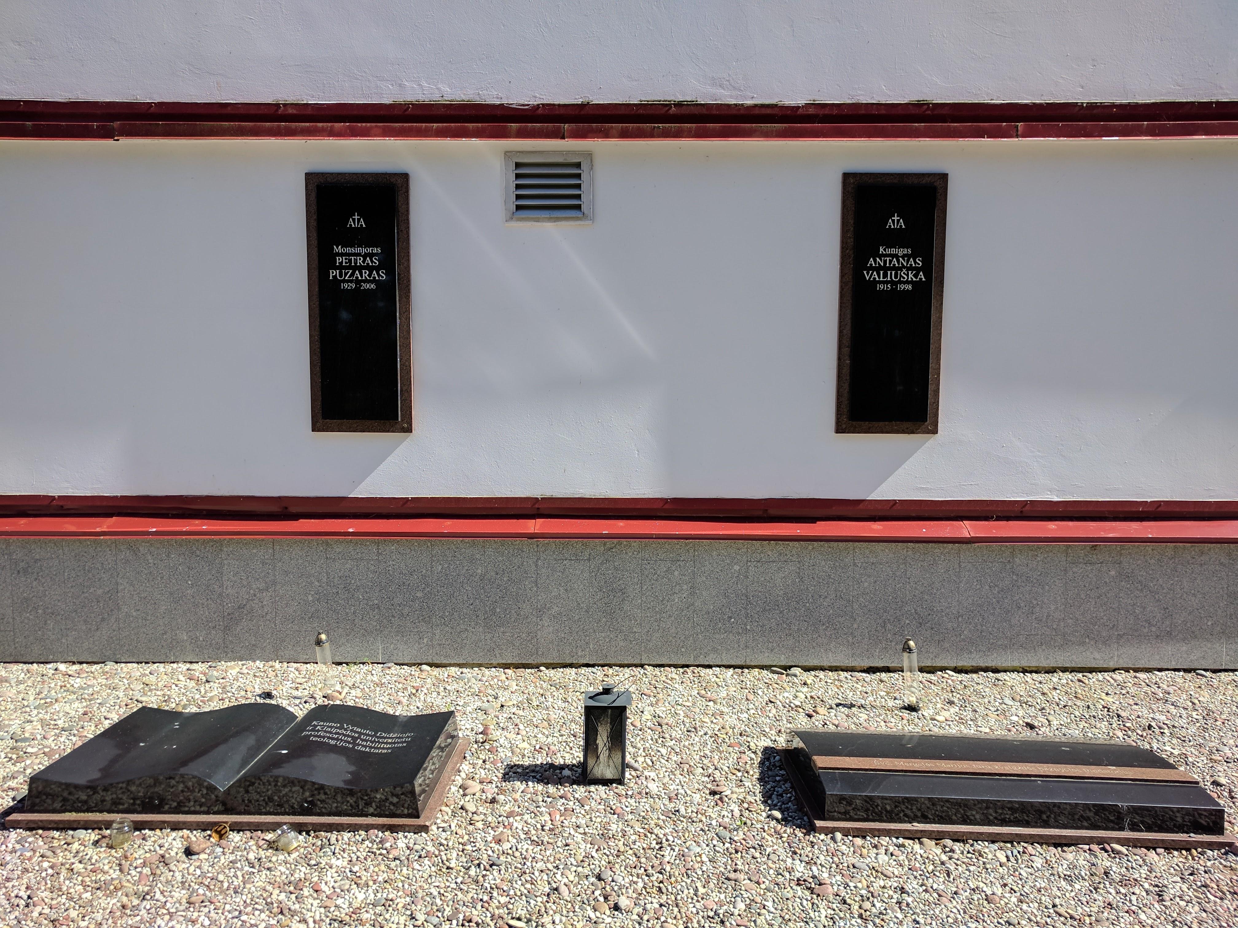 Antkapiai ir paminklai A. Valiuškai ir P. Puzarui