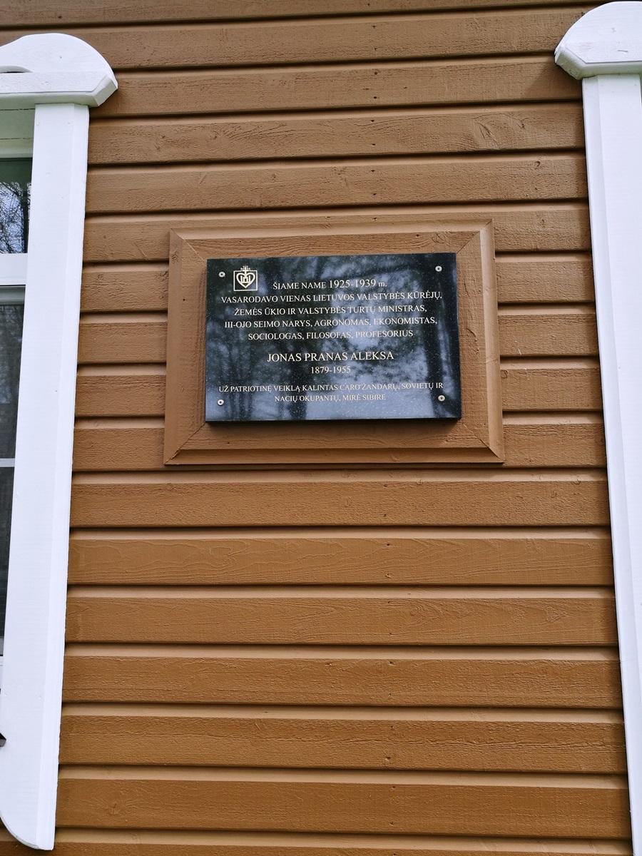 Memorialinė lenta ant buvusio Aleksų šeimos namo