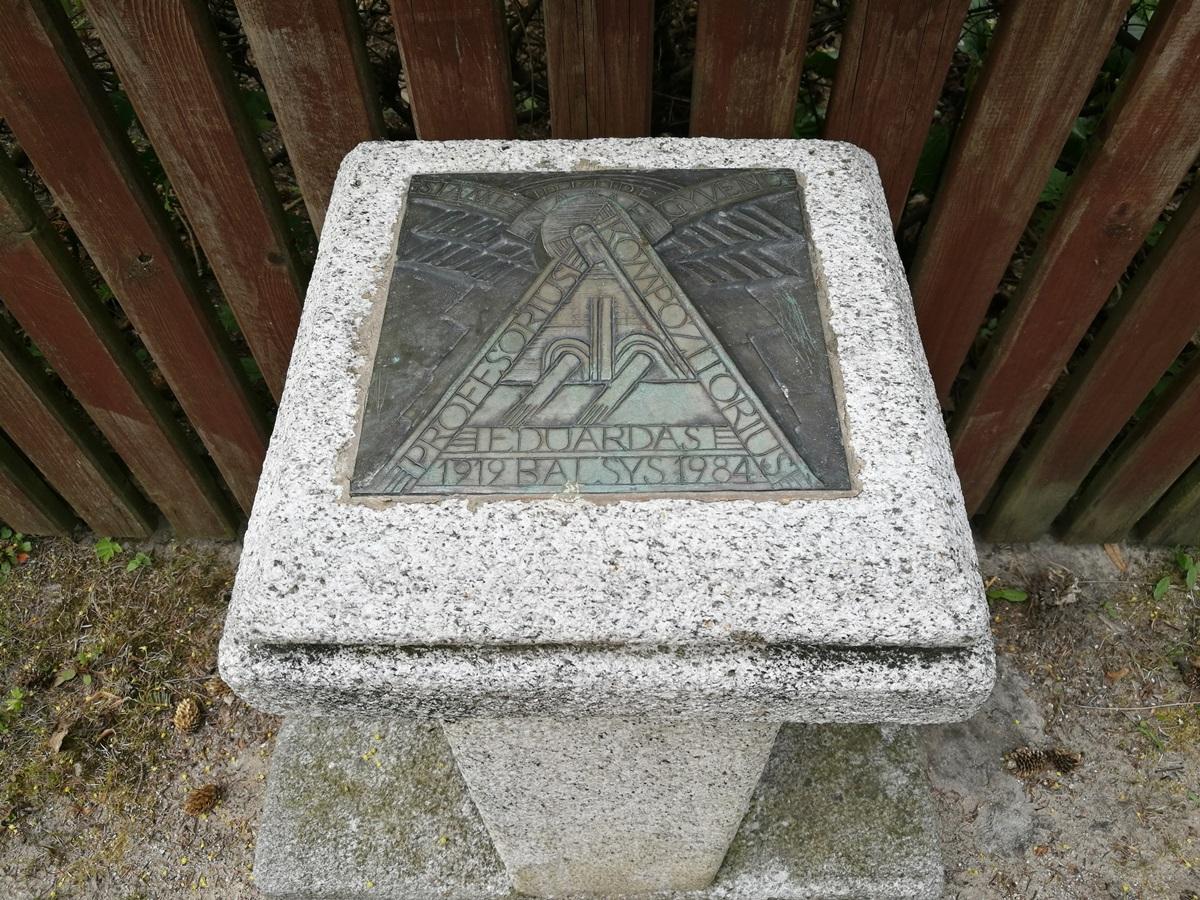 Skulptoriaus Regimanto Midvikio stela prie kompozitoriaus E. Balsio namo