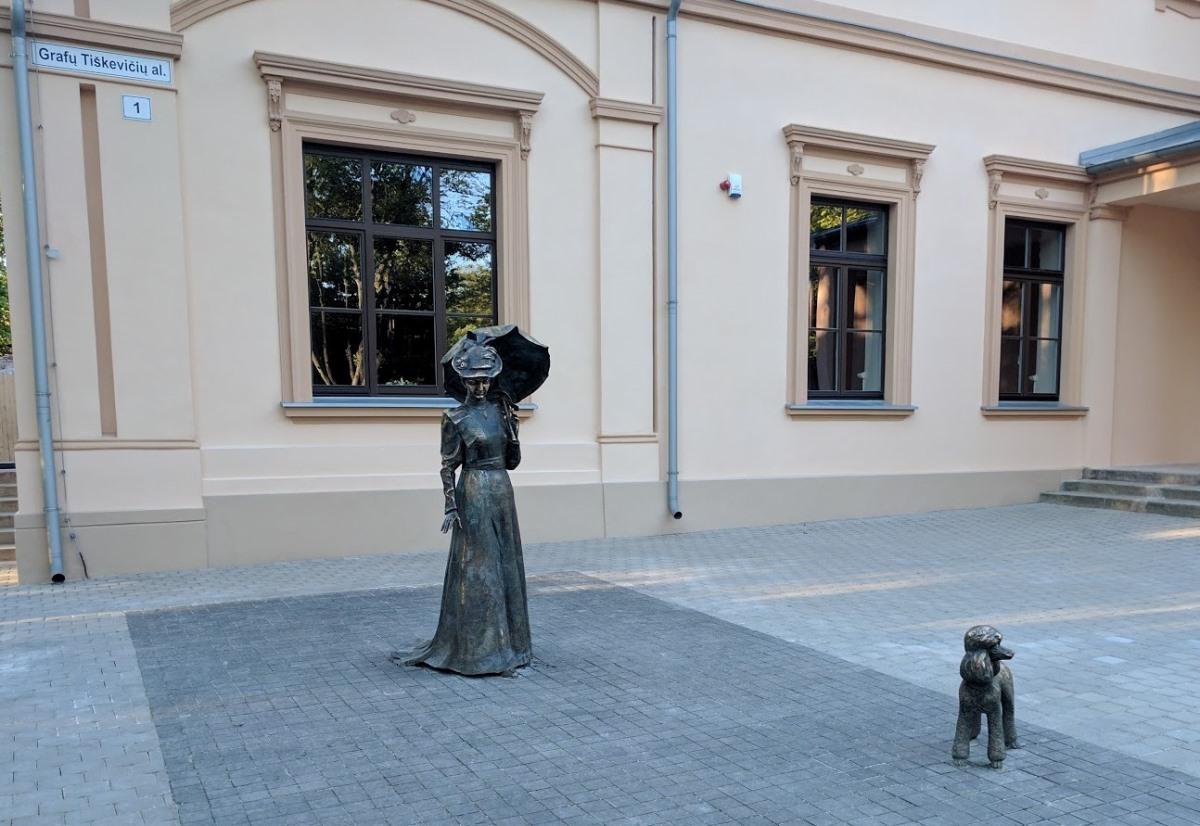 """Skulptūrinė kompozicija: """"Grafienė Antanina Sofija Loncka-Tiškevičienė"""" (skulptorius - Klaudijus Pūdymas, architektė – Snieguolė Stripinienė)"""