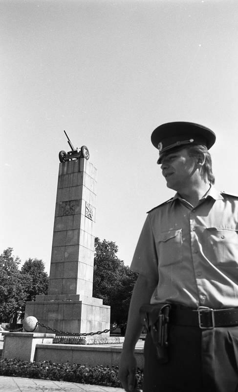 Milicininkas, saugantis pergalės paminklą