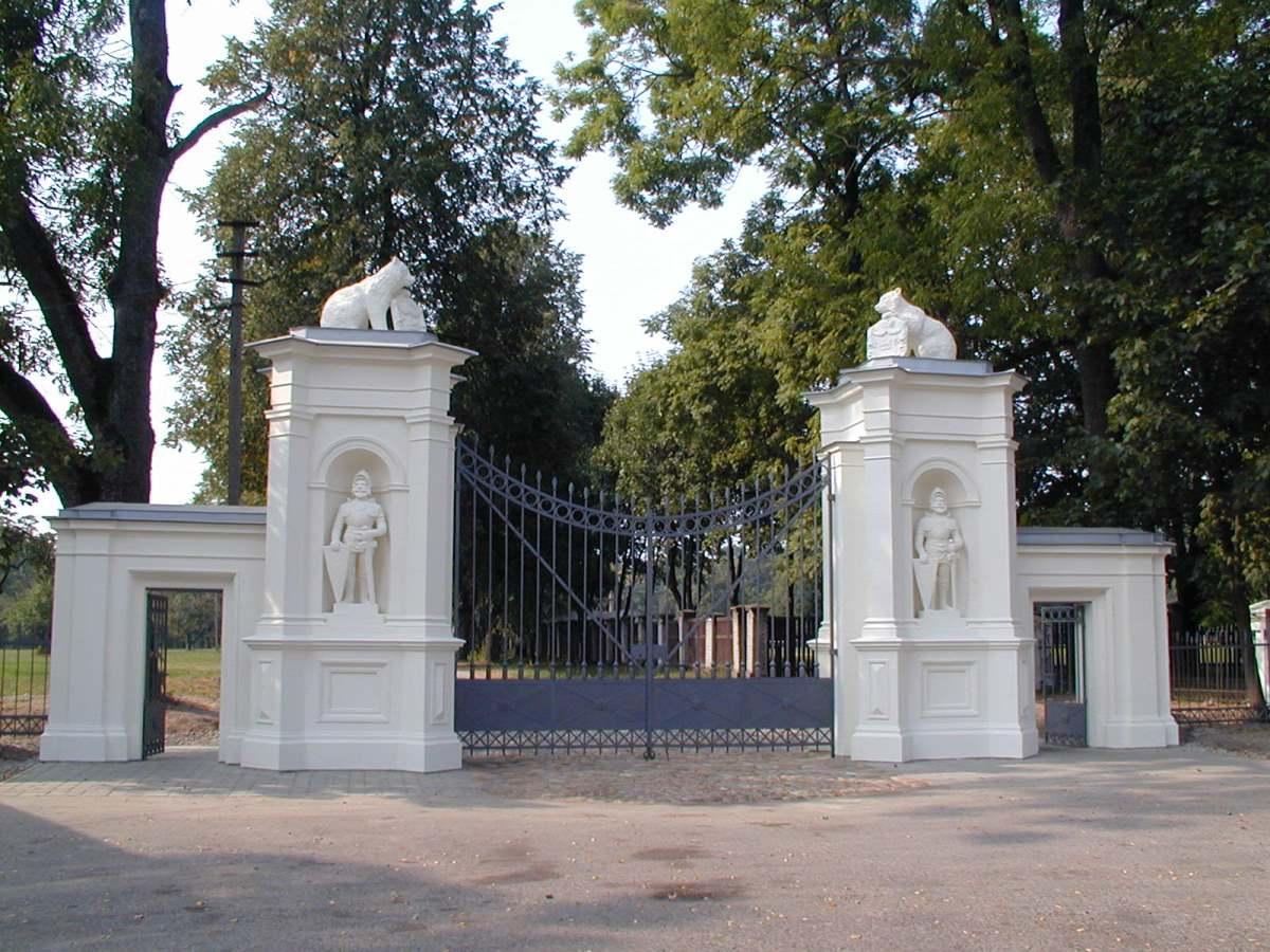 Plungės parko vartai