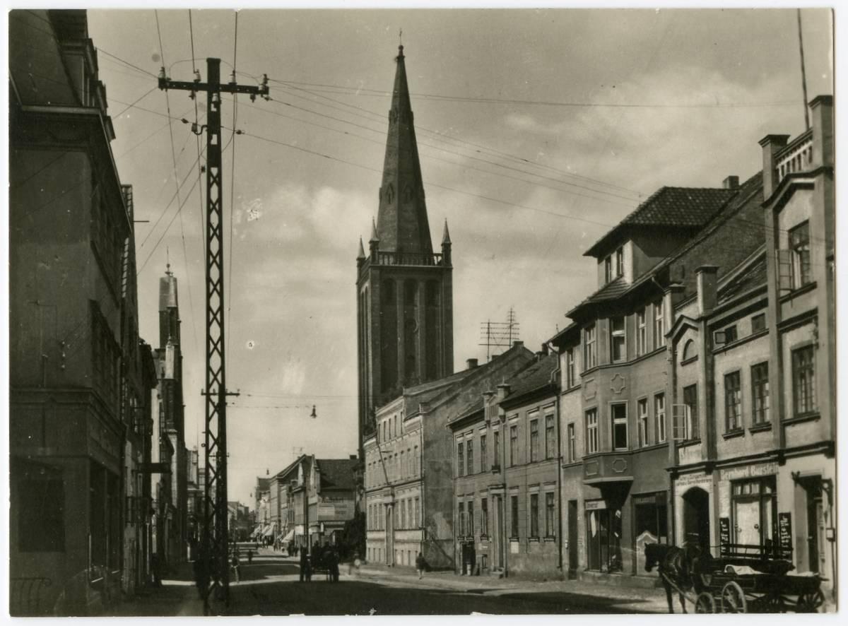 Memel. Friedrich Wilhelm-Strasse (dešinėje Reformatų bažnyčios bokštas)