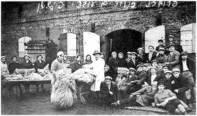 Memelio kibucų bendruomenės nariai dirbantys linų apdirbimo įmonėje