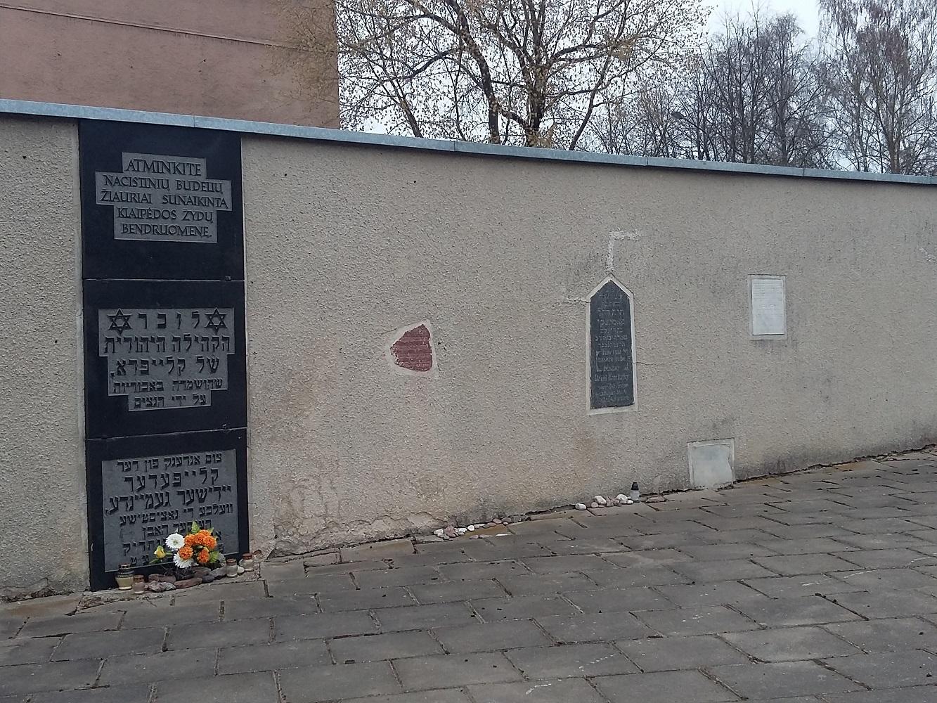 Žydų aukų atminimo lenta kapinėse