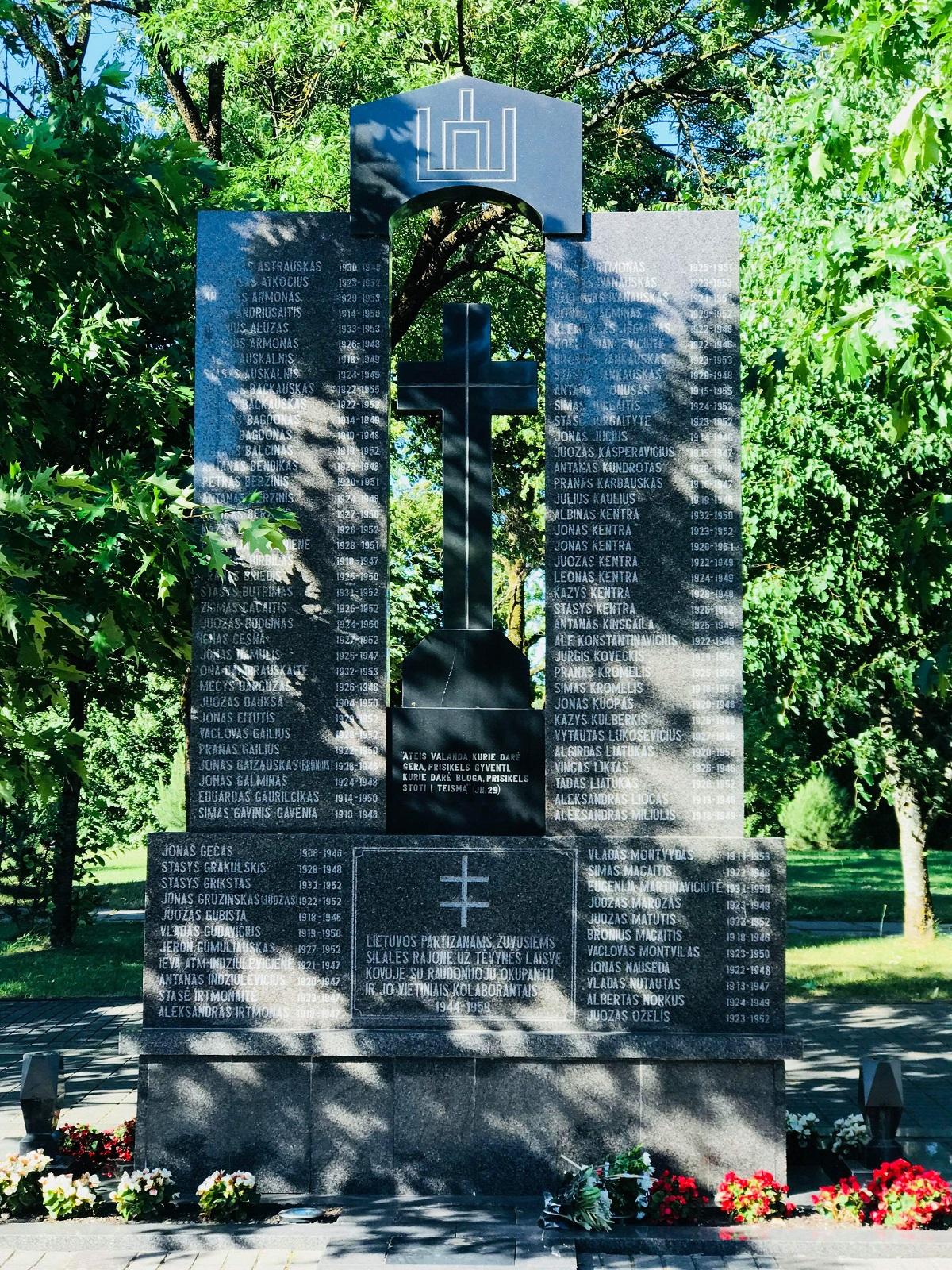 """Granitinis paminklas """"Lietuvos partizanams, žuvusiems Šilalės rajone"""""""